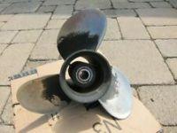 174927 Evinrude Johnson OMC nerūsējošā tērauda dzenskrūve (15 x 15) V-6 pārnesumkārbai, 15 Spline un caurplūdes caurulei - Kreisās puses rotācija