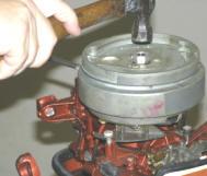 Ta bort svänghjulet - Det finns två sätt att ta bort svänghjulet, beroende på vilka verktyg du har. De flesta mekaniker rekommenderar att du använder ett svänghjulspärr. Du kan hyra en rattdragare från din lokala verktygsuthyrningsaffär eller du kan köpa en harmonisk balancer. Att använda en dragare är det säkraste sättet att förhindra böjning eller svängning av svänghjulet. Du vill ha en dragare som fäster vid de tre skruvhålen i svänghjulet för att ta bort den. Använd inte en dragare som drar upp på svänghjulets ytterkant.