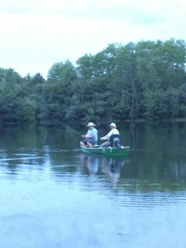 Tom Travis e Uncle Curt Barrett flyfishing in barca, appena di mantene.